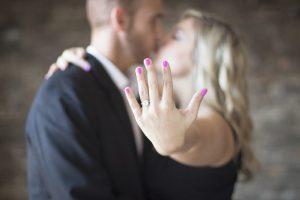 プロポーズで婚約指輪をもらった女性