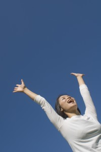 脇汗の染み対策を成功し喜ぶ女性