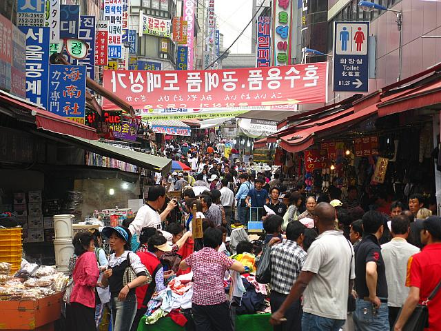 韓国旅行で行く南大門市場偽ブランド品が並んでいる