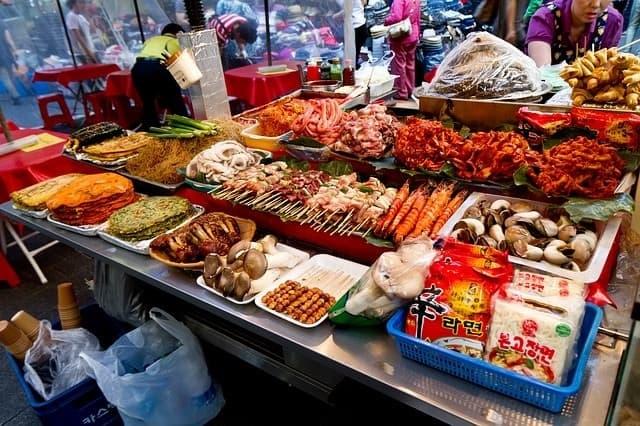怪しい食材が並ぶ韓国の市場