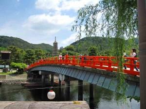 宇治観光の名所である塔の島へ渡る橋