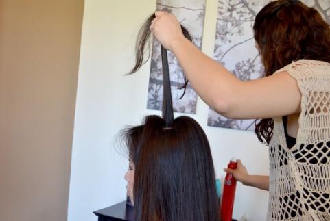 成人式の前撮り用のヘアメイクをする女性