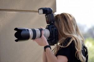 成人式の前撮りをするカメラマン