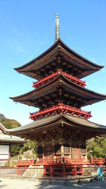 初詣で人気の成田山新勝寺の三重塔