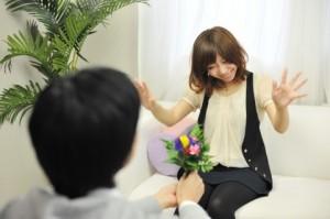 ホワイトデーのプレゼントに花束を妻へ贈る男