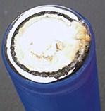 乾電池が液漏れをおこし、白い粉が付いている状態