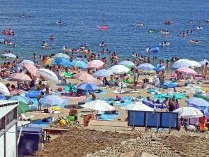 須磨海水浴場が海開きをして賑わっている様子