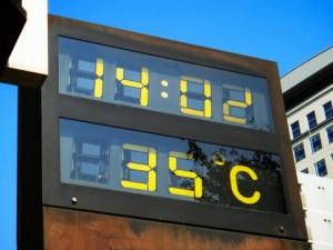 猛暑日となる35℃を示す温度計
