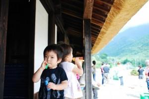 夏休みを帰省先で過ごす幼稚園児の子ども