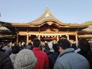 初詣で混雑する八坂神社