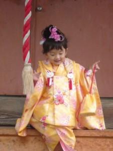 明治神宮で七五三をする3歳の女の子