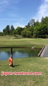 ゴルフコンペでペナルティによる罰金を払うショートホール