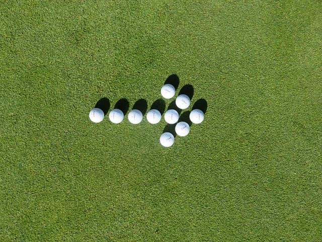 ゴルフボールで矢印を作った画像