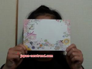 小学生の告白方法である手紙・ラブレターを持つ女の子
