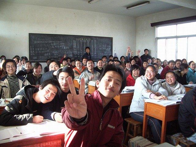小学校の卒業式前のクラス写真