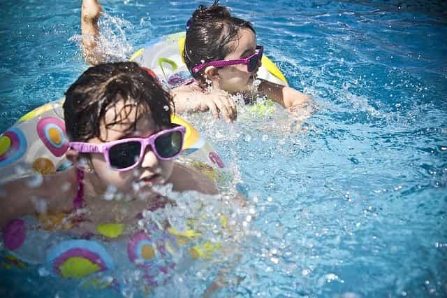 京都の市民プールで泳ぐ子供達