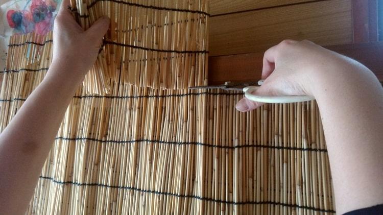 すだれを木枠の大きさにCUTしてるところ